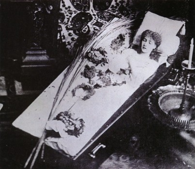 Sarah_Bernhardt_in_coffin